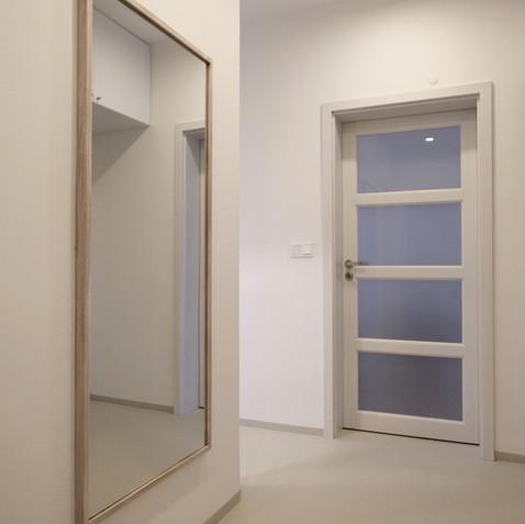 malý byt v paneláku-hala