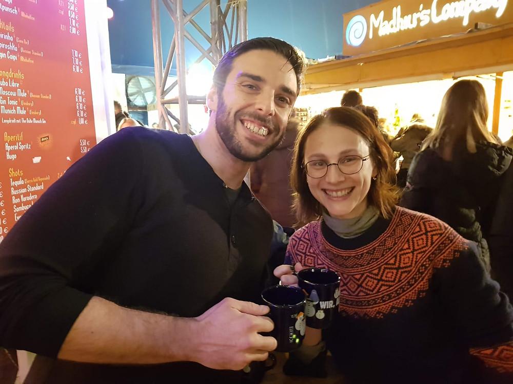מרגריטה ורם שותים Glühwein בפסטיבל Tollwood במינכן