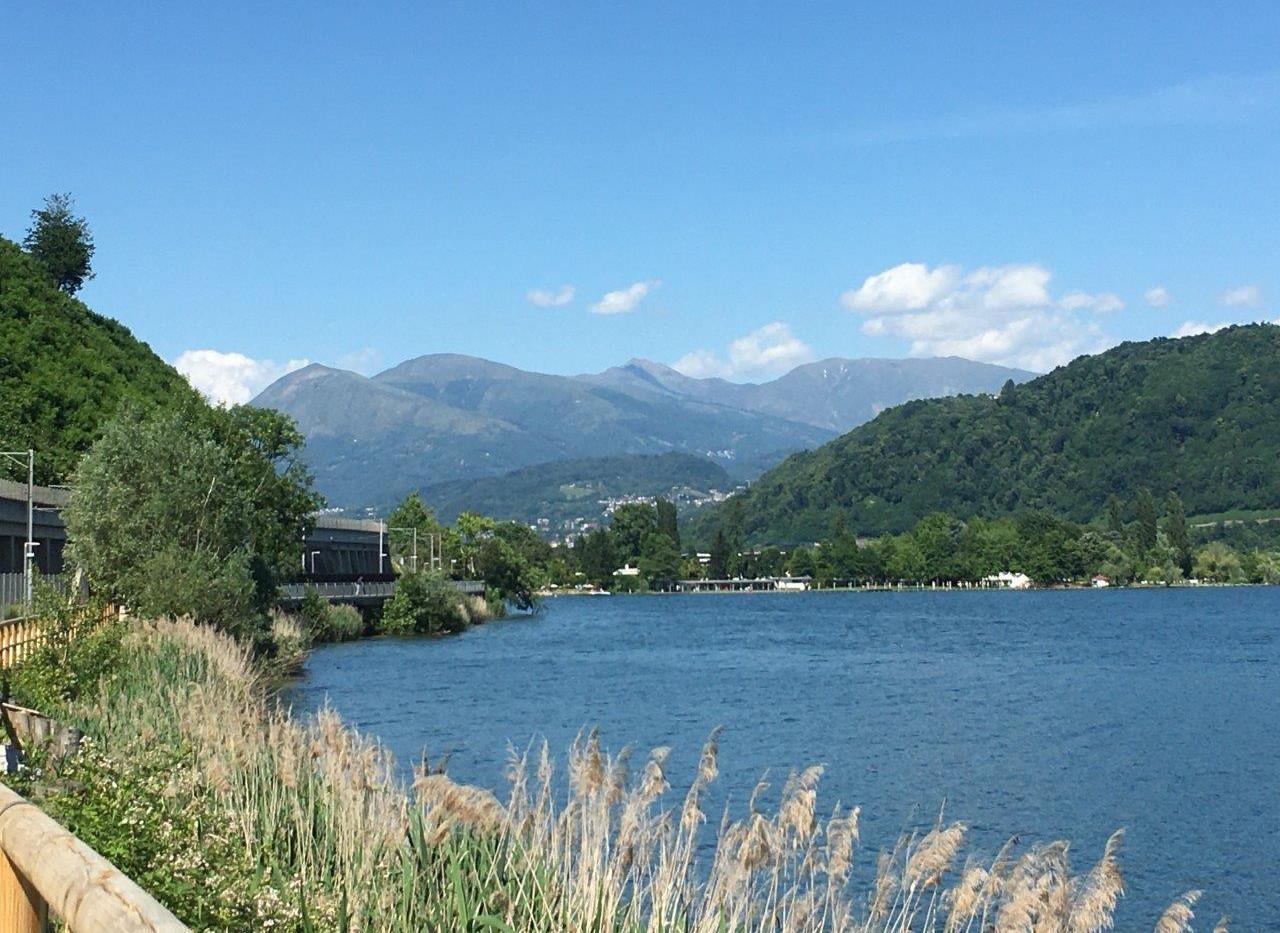 Weg dem See entlang nach Agno