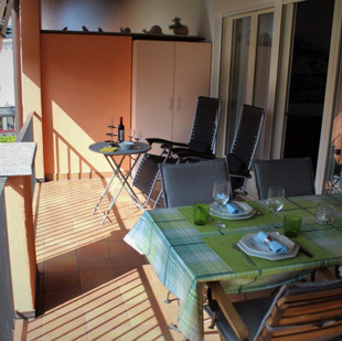Grosszüger Balkon mit Liegestühlen und Tischchen. Geniessen sie die Erholung in absoluter ruhiger Lage.