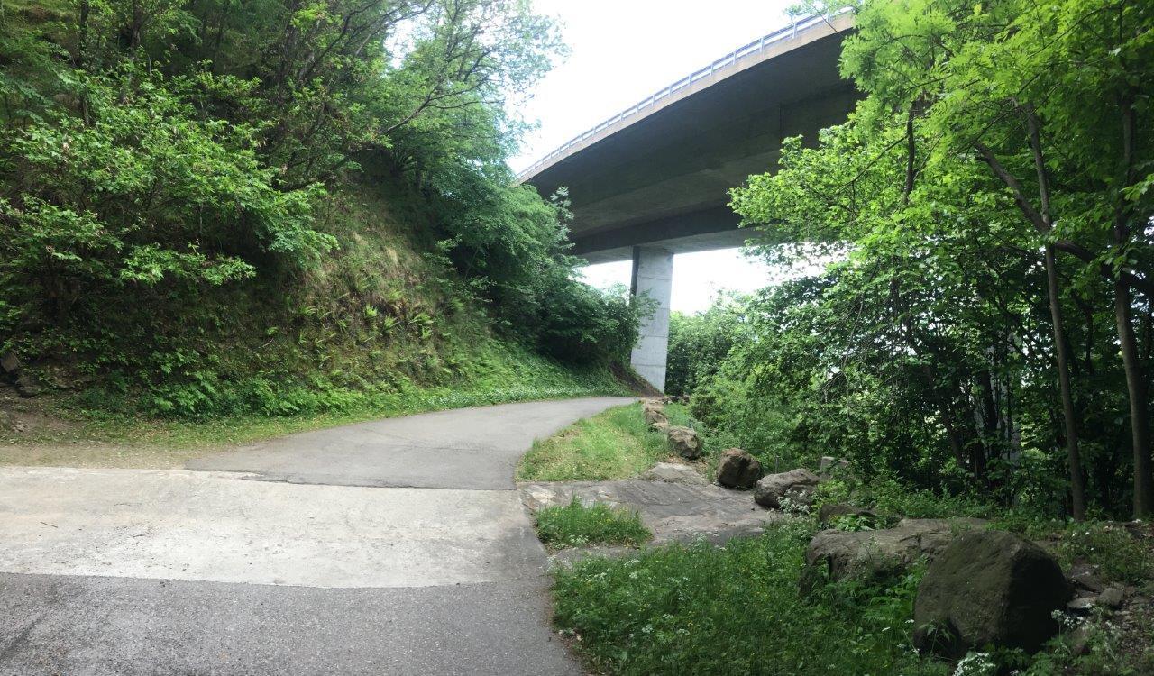 Weg unter Viadukt der A2