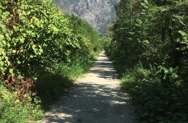 Weg auf dem Damm der Melezza