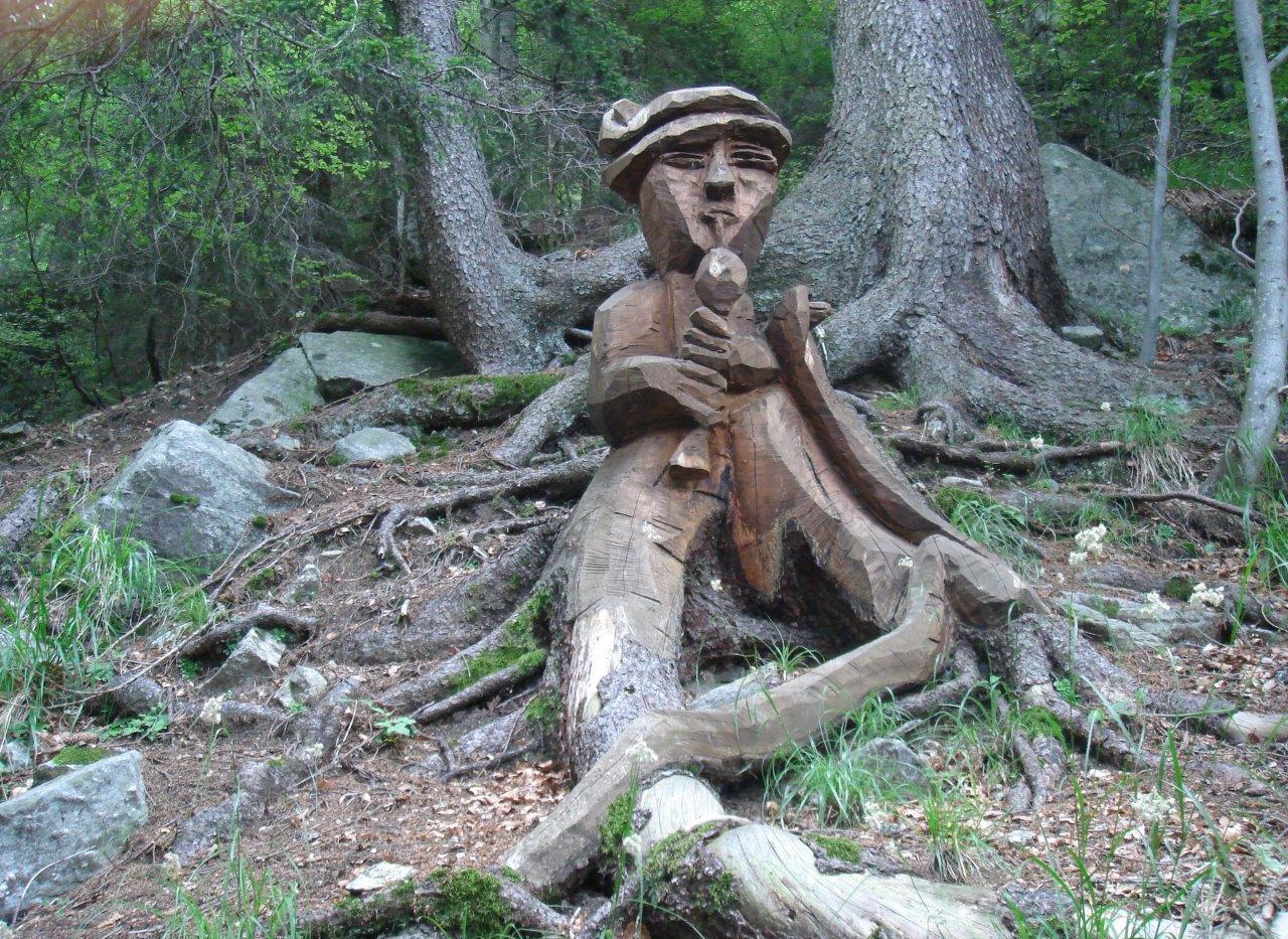 Skulpturen entlang dem Weg