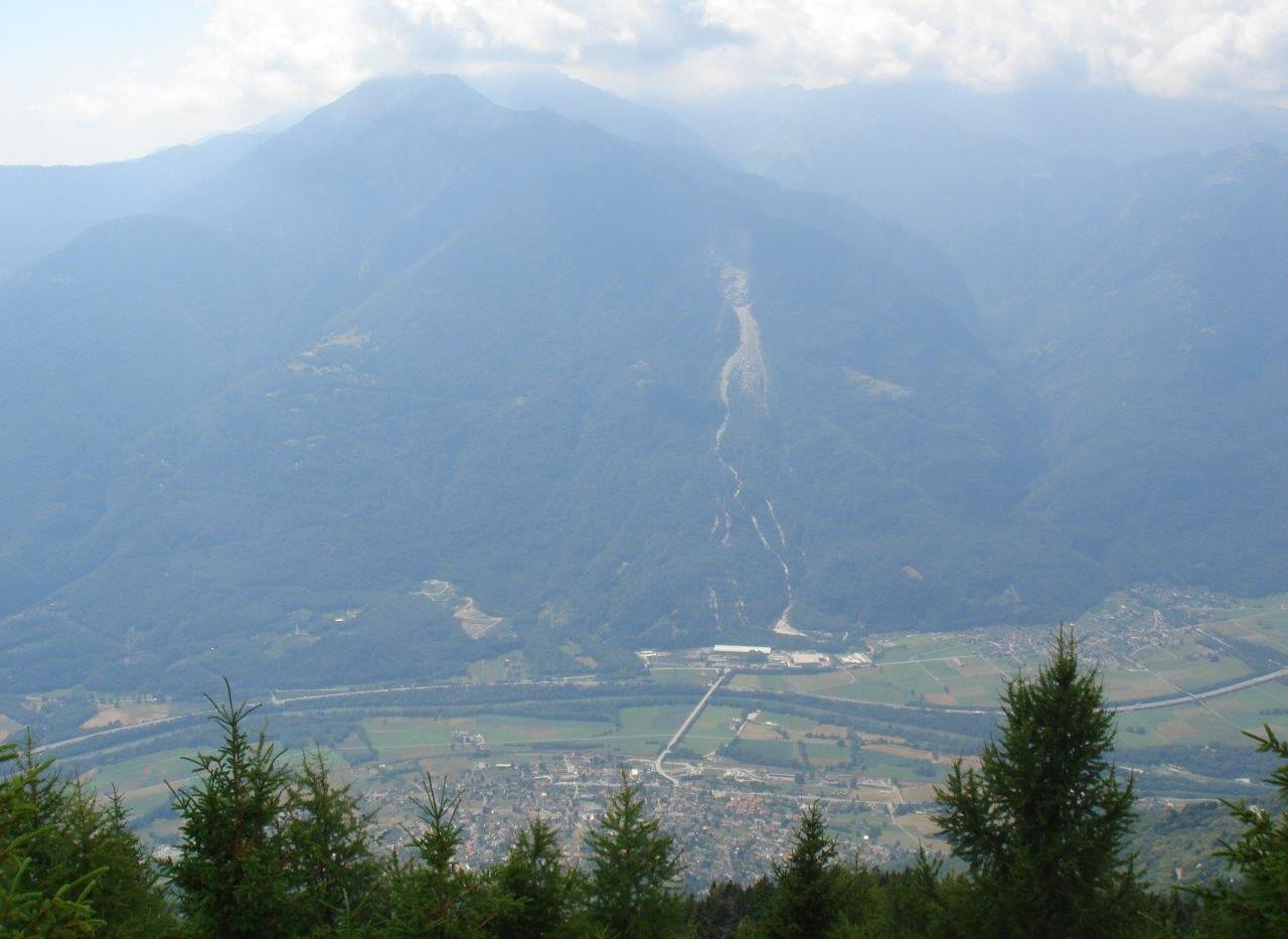 Blick auf Bergsturzgebiet visavis Claro