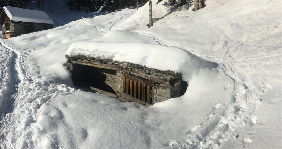 Verschneiter Wasserbrunnen