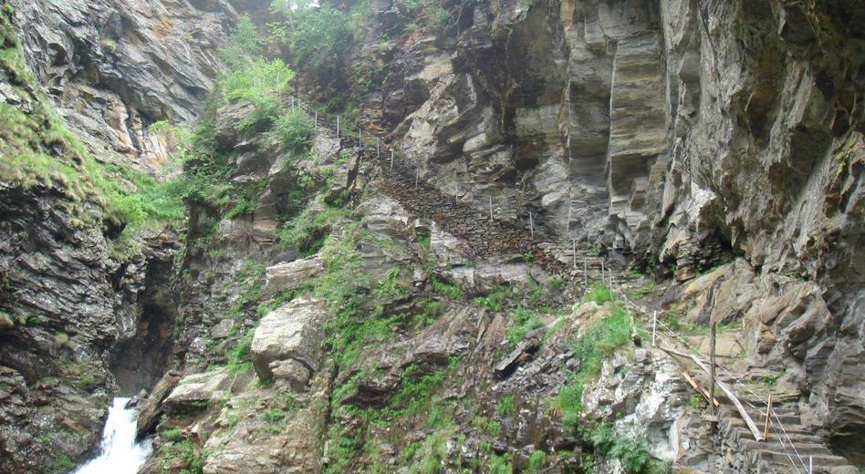 Eingebaute Treppen in der Schlucht