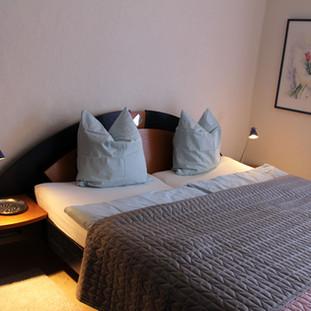 Schlafzimmer mit Doppelbett (2 x 90cm x 200cm), grosser 5-türiger Kleiderschrank, Deckenventilator.