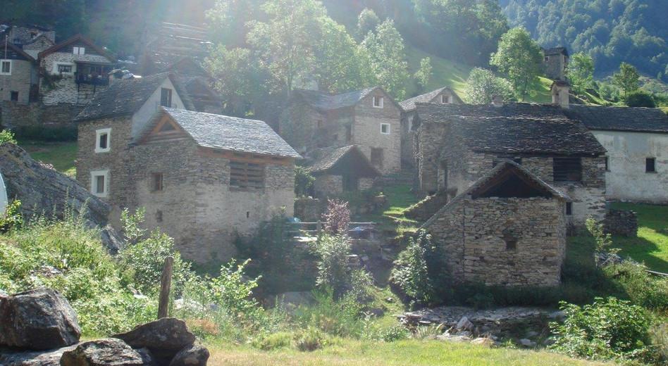 Der Aufstieg führt an Weilern vorbei