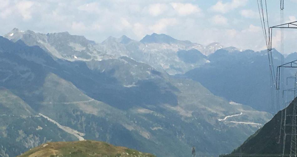 Rechts Strasse zum Gotthardpass