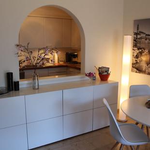 Blick vom Wohnzimmer zur Küche. Blick auf Esstisch und Sideport im Wohnzimmer.