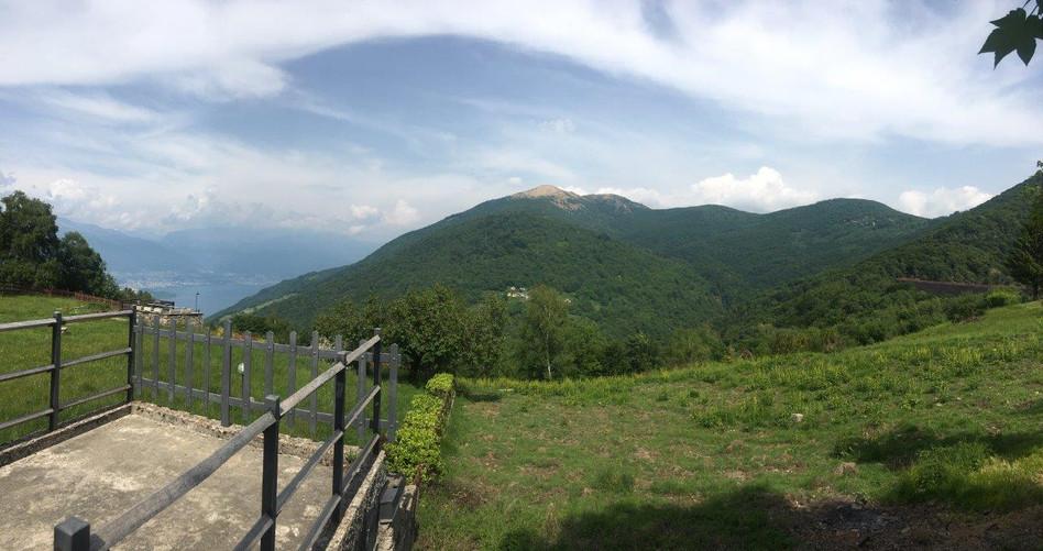 Im Hintergrund Locarno