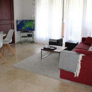Wohnraum mit Sofo, Esstisch, TV