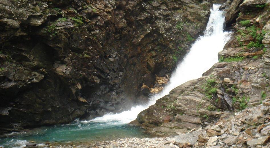 Vorbei an Wasserfällen