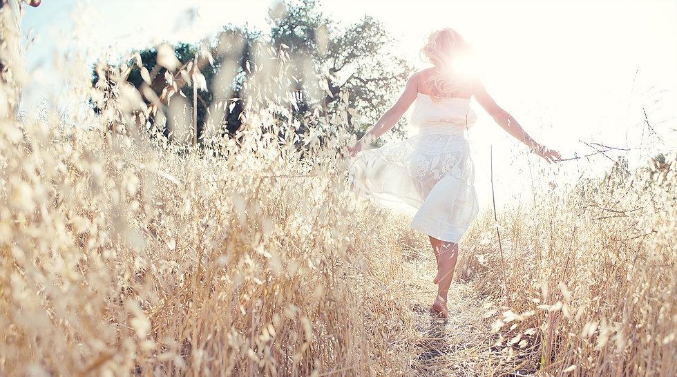 フィールドで歩く女_edited.jpg