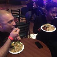 Foto Ayesha, amigo comiendo.jpg