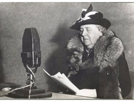 Queen Wilhelmina giving a speech at 'Radio Oranje'