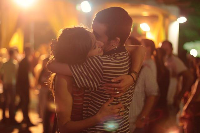 couple amoureux faisant un calin