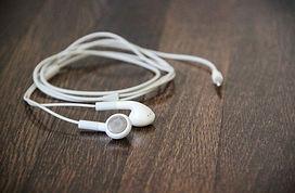white_earphones_on_wood_desk_596587.jpg