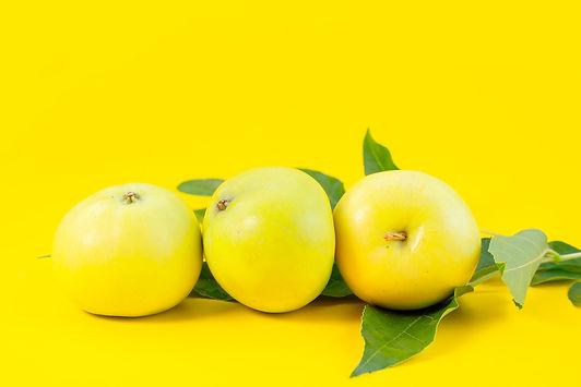 front-view-fresh-green-apples-mellow-jui