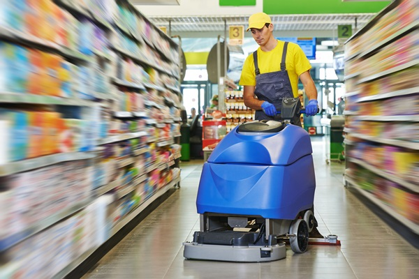 cleaning-a-store_55571521-600W