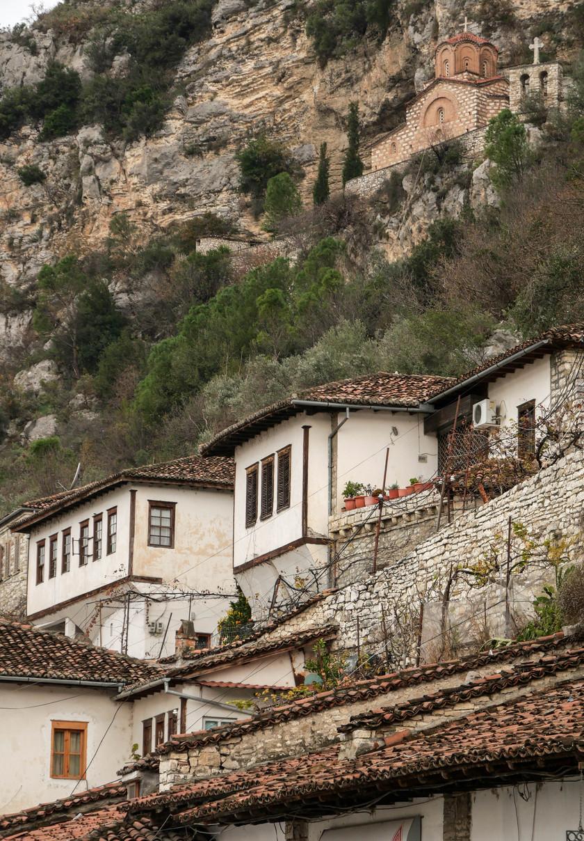 Le quartier Mangalem de Berat et l'église Shën Mehillit