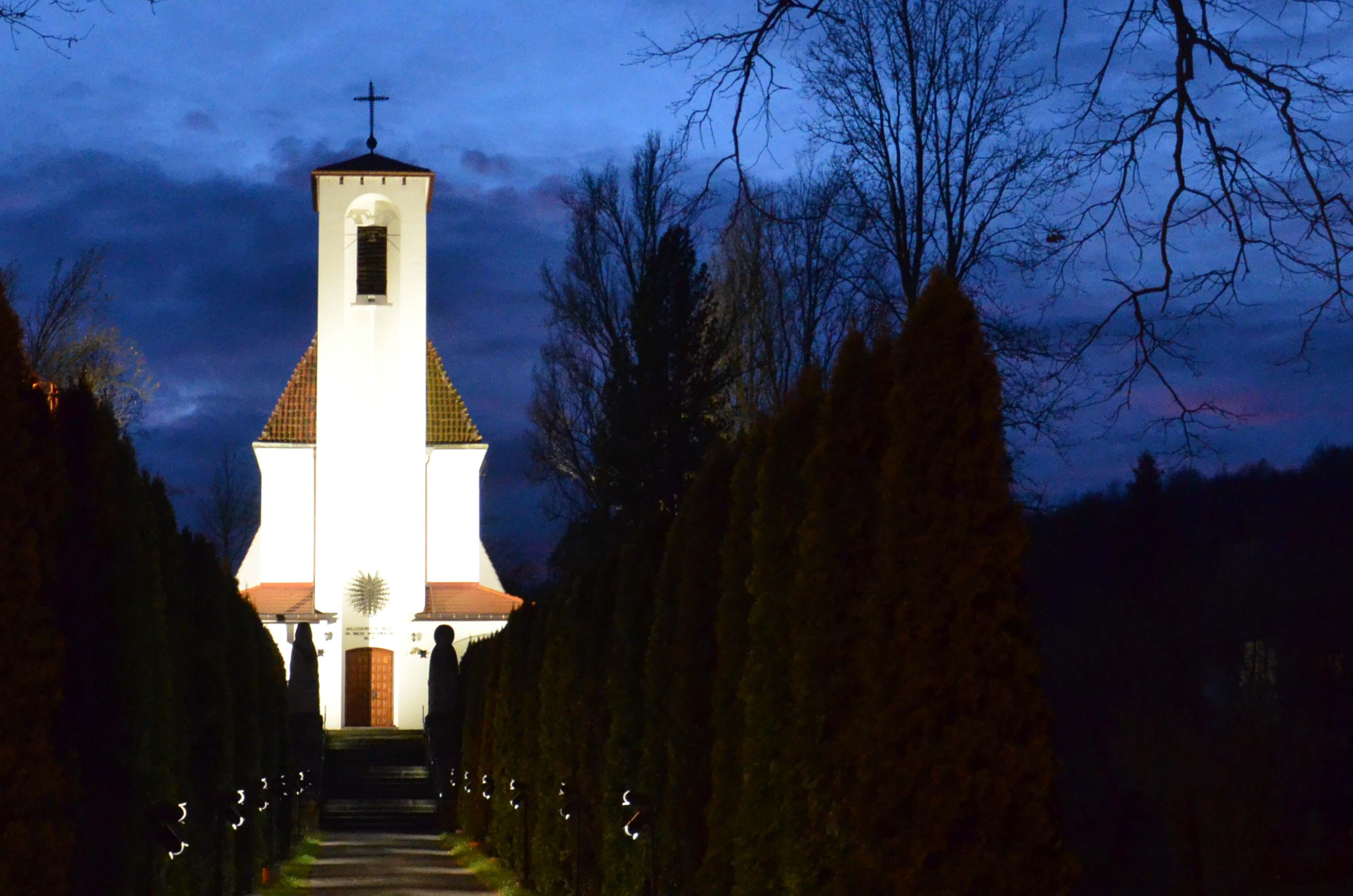 Oświetlenie kościoła i alejki