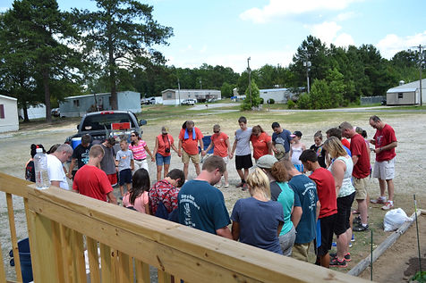 Volunteers gather in a circle to pray following a day of ministry at the Countryside Mobile Home Park with the Hinsons. (Photo courtesy The Baptist Courier)