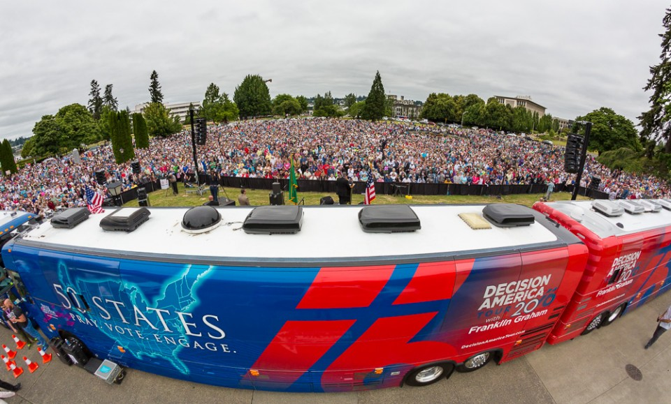 Decision America 2016 bus provides a colorful backdrop to the Washington state Prayer Rally led by Dr. Franklin Graham. (Photo courtesy Billy Graham Evangelistic Association)