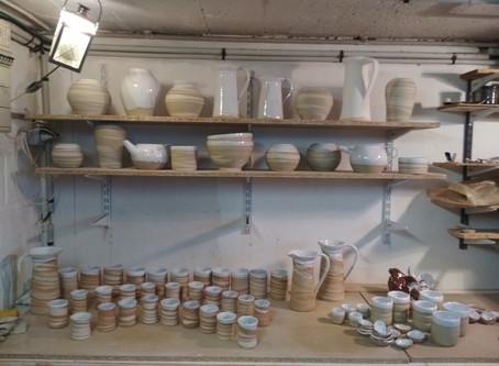 Des poteries plein son panier...