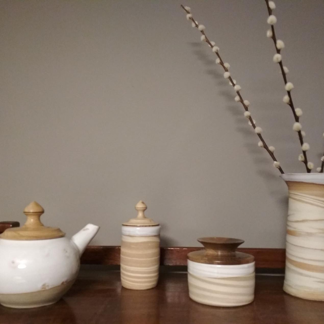Collection de boîtes et théière à couvercle en bois tourné. Collaboration avec Hubert de Labbey.
