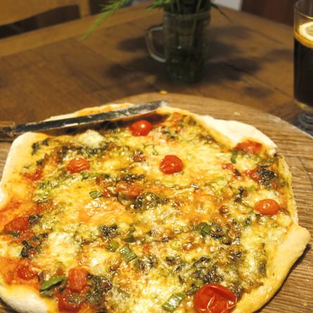 Pizza mit Bärlauchpesto