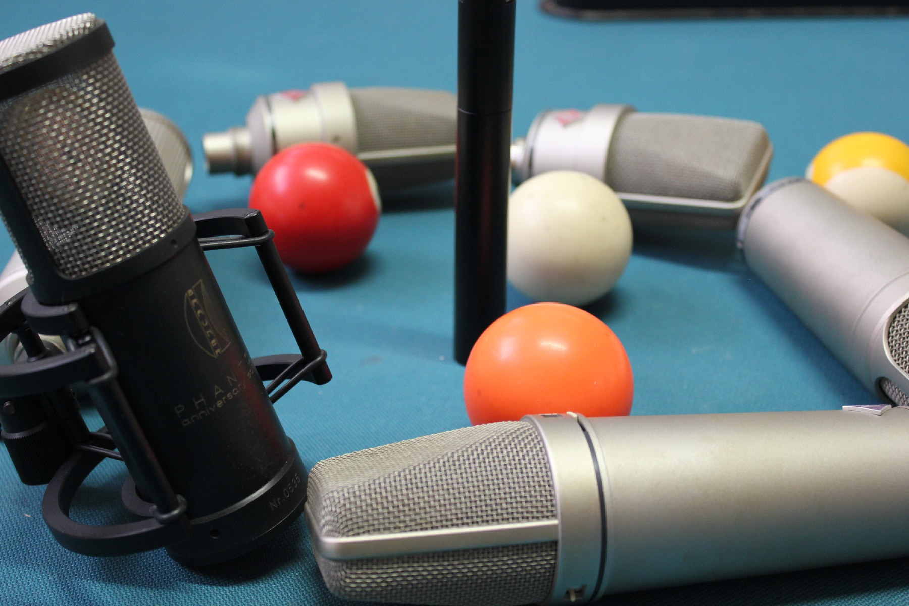 Greek voices mics on pool table