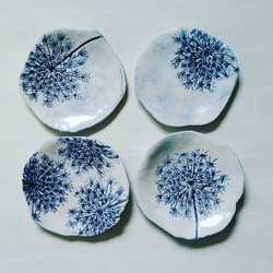 I'm totally in love with the blue and white with the Queen Anne's Lace!! #ceramics #pottery #porcela