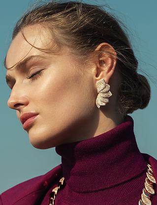 Al 2 generaties lang creëert Pasquale Bruni de meest uitzonderlijke sieraden voor vrouwen over de hele wereld. Pasquale Bruni heeft een ongeëvenaarde smaak die de betekenis van de term 'jewellery' veranderde zowel in termen van stijl als van productietechnieken.  Bij Bruni staat 'oog voor detail' centraal waarbij elk juweel een immense ziel bezit, verrijkt met details en symbolen. Een emotie die gevoeld wordt door iedereen die het juweel draagt.