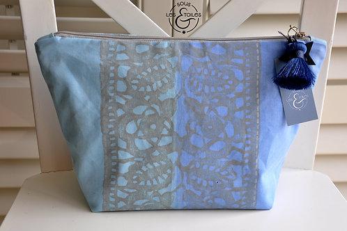 Trousse de toilette dans les tons bleus, turquoise et gris