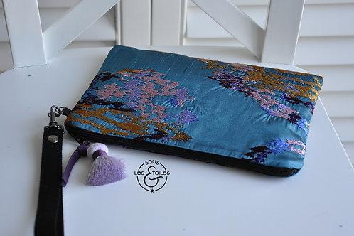 Pochette en soie dans les tons turquoise, ocre et parme