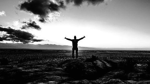 man_freedom_sky_stones_118040_1280x720_e