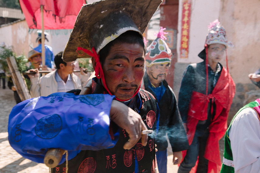Han nationality officer in Bai's song and dance