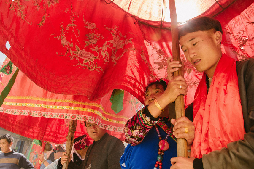 A young man who was luckily selected to hold Bai's harmony umbrella