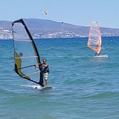 Rey am windsurfen in Spanien