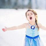 singing-little-girl-in-the-snow-queen-el