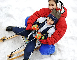kids-sliding-sledge-in-the-snow_Stj6rdpH