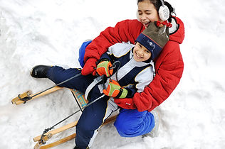 kids-sliding-sledge-in-the-snow_Stj6rdpH