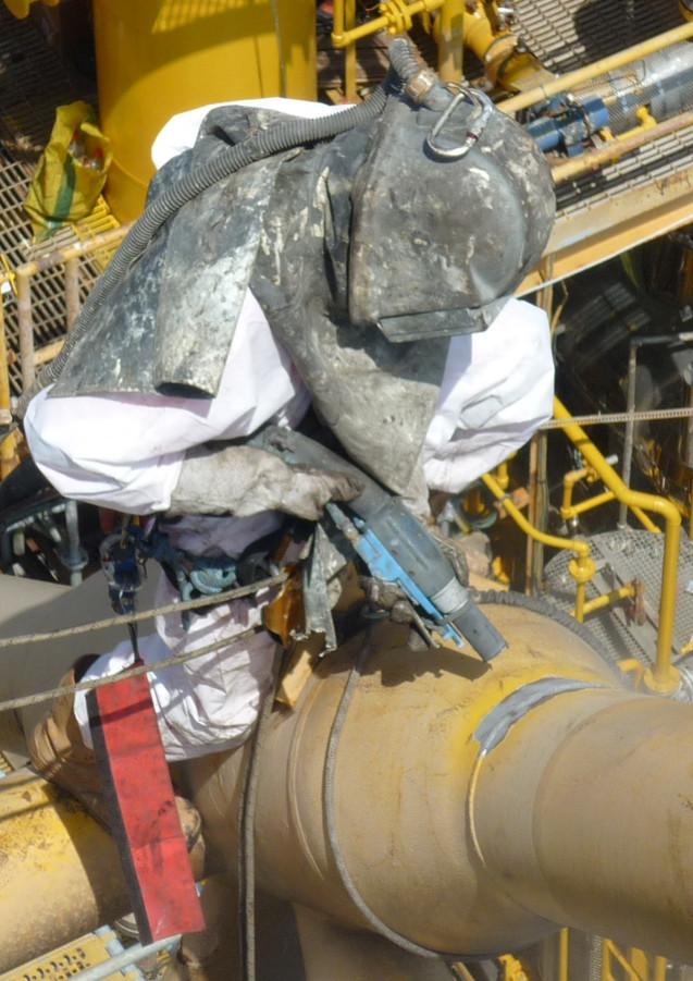 Sablage sur mât torcher plateforme pétrolière
