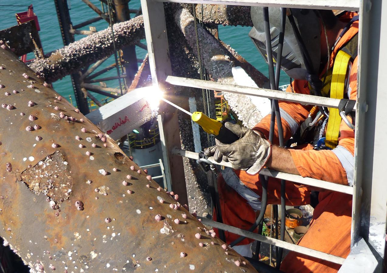 Changement et soudure échelle à crinoline jambe plateforme flottante Offshore
