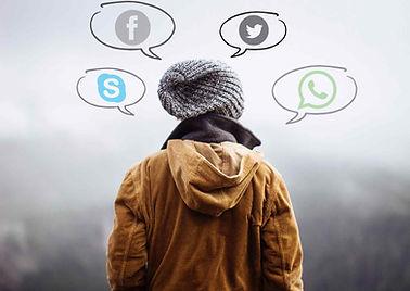 Mensch mit Social Media Sprechblasen