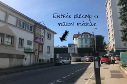 Entrée parking et maison médicale