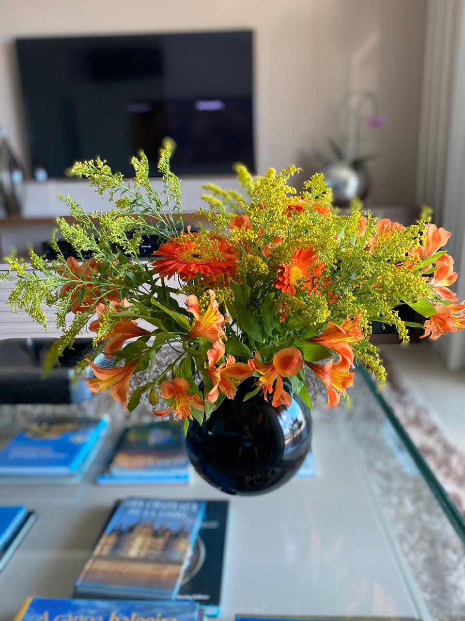 Vaso preto com flores laranjas
