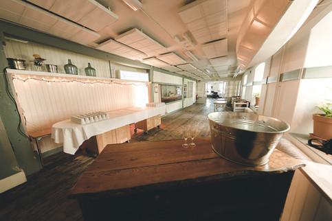 Entréplan gjord till mingelyta med bar och kaffeservering efter sittandes middag på plan 1 i Segelsalen
