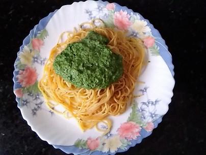 Espaguetis con pesto de espinacas y gambas